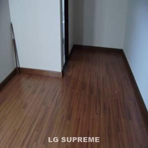 Lantai vinyl motyf kayu